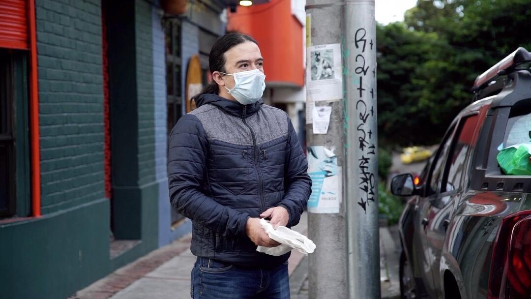 Edixon Gustavo Daza ante el local en el que funcionaba el restaurante La Churrasquería en la ciudad de Bogotá, Colombia.