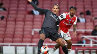 ارتكب فان دايك (يسار) خطأ ثمينا ساهم في خسارة ليفربول البطل امام ارسنال في الدوري الانكليزي