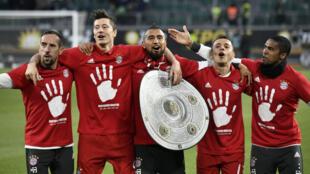 لاعبو بايرن ميونيخ يحتفلون على ملعب فولسبورغ باللقب الخامس على التوالي في الدوري الألماني. 2017/04/29.