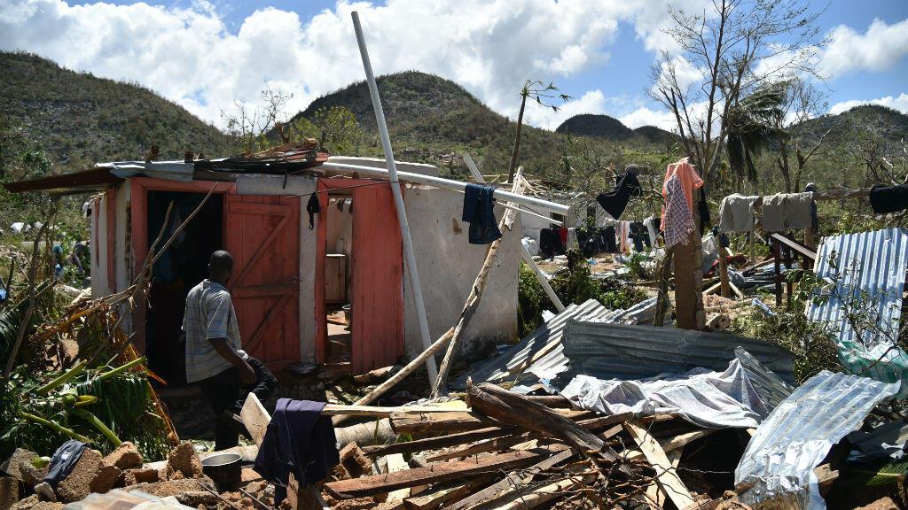 Un homme dans les débris de sa maison ravagée par le passage de l'ouragan Matthew à Deron, dans le sud-ouest d'Haïti.