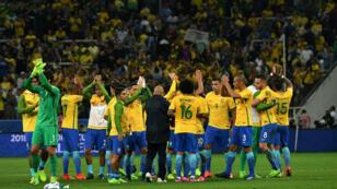 لاعبو البرازيل يحتفلون بالتأهل لمونديال روسيا 2018. 2017/03/29.