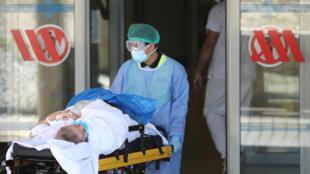 Una persona es llevada en una camilla en el hospital Arnau de Vilanova en Lleida, Cataluña, España, el 4 de julio de 2020.