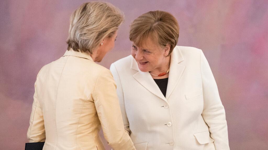 La canciller alemana, Angela Merkel, felicita a la ministra de Defensa, Ursula von der Leyen durante la ceremonia de nombramiento. Berlín, Alemania, el 14 de marzo de 2018.