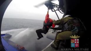 Une capture d'écran d'une vidéo réalisée par la marine italienne montre l'évacuation d'un passager, le dimanche 28 décembre.