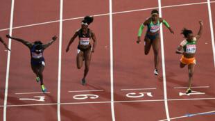 Marie-Josée Ta Lou (d) a fini deuxième juste derrière Tori bowie (g), alors que la Jamaïcaine Elaine Thompson est passée à côté de sa course.