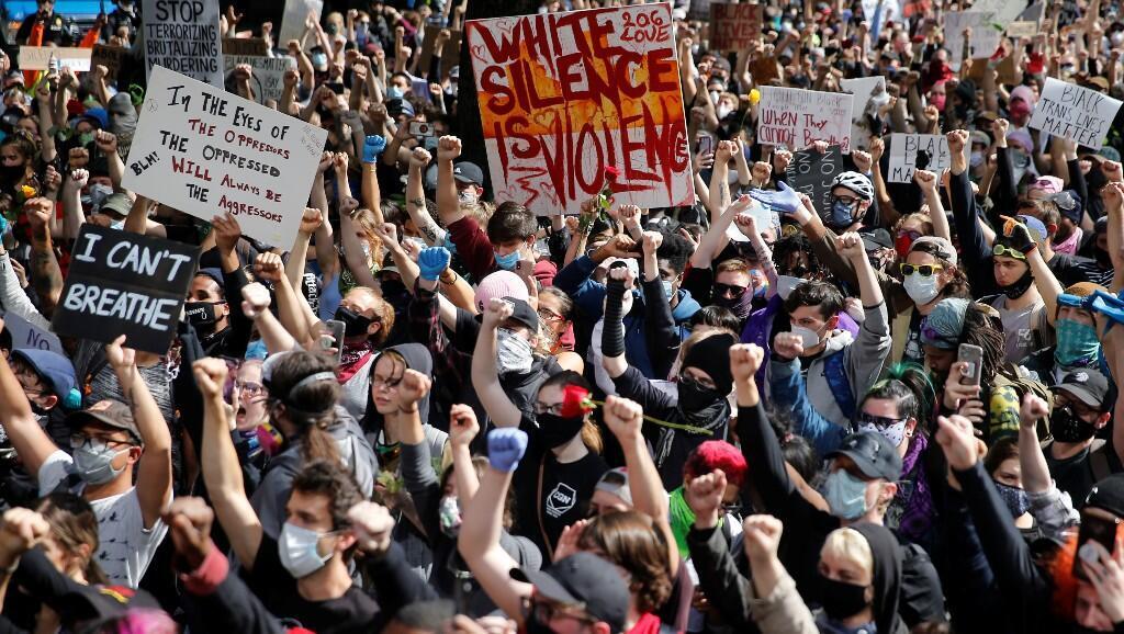 Miles de manifestantes levantan los puños contra la muerte bajo la custodia policial de George Floyd en Minneapolis, frente al Ayuntamiento de Seattle, Washington, EE. UU., el 1 de junio de 2020.