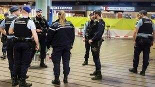 عناصر من الشرطة الهولندية أمام شيبول بلازا في مطار أمستردام إثر إطلاق شرطيين النار على رجل هددهم بسكين في 15 ديسمبر 2017