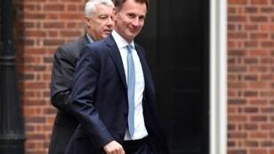 وزير الخارجية البريطاني جيرمي هانت أمام مقر رئاسة الوزراء البريطاني في لندن في 11 تشرين الأول/اكتوبر 2018.