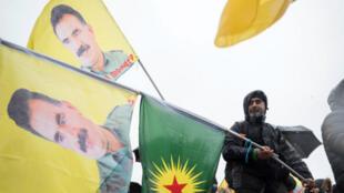 Malgré sa détention, Abdullah Öcalan reste une figure essentielle pour la rébellion kurde en Turquie.