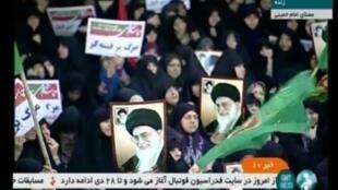 """Manifestantes desfilan en apoyo al régimen para celebrar el fin de """"la sedición"""", como se conocen las protestas sociales del 2009. Teherán, el 30 de diciembre de 2017"""