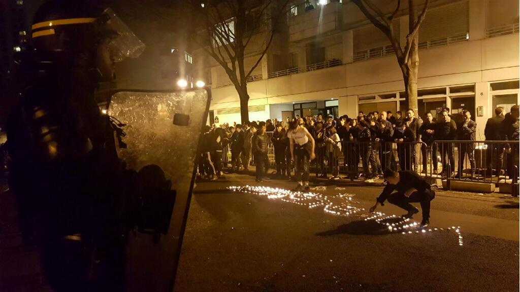 Lundi 27 mars, un rassemblement de protestation s'est organisé en face d'un commisariat du 18e arrondissement de Paris.