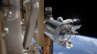 La capsule Dragon de SpaceX, au dernier plan, amarrée le 7 juillet 2020 à la Station spatiale internationale