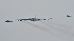 Un B-52 américain escorté par deux avions de chasse sud-coréens dans le ciel de Séoul, le 10 janvier 2016.
