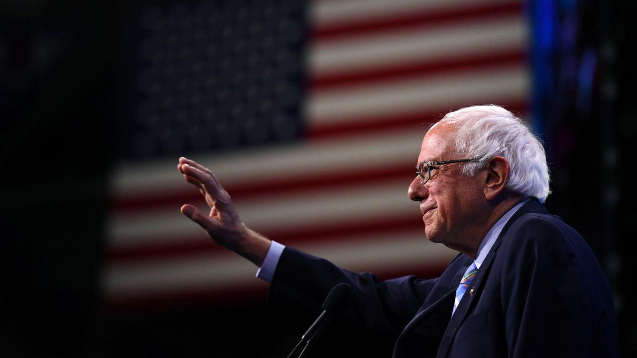 Archivo: El candidato presidencial Bernie Sanders sube al escenario en la convención estatal del Partido Demócrata de New Hampshire en Manchester, New Hampshire, el 7 de septiembre de 2019.