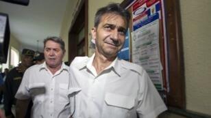 Les deux pilotes Pascal Fauret et Bruno Odos, que Christophe Naudet a aidé à s'évader, au tribunal de Saint-Domingue, le 8 mai 2014.