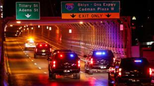Una caravana que se cree que transportaba a Joaquín Guzmán, el narcotraficante mexicano conocido como 'El Chapo', cruza el puente de Brooklyn antes de llegar al Palacio de Justicia Federal de Brooklyn, en Brooklyn, Nueva York, EE. UU., el 30 de octubre de 2018.