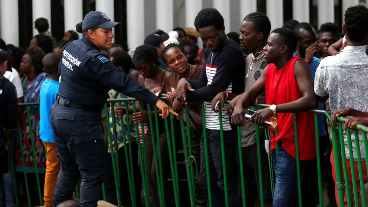Des migrants africains attendent pour être admis dans le centre de migrants Siglo XXI à Tapachula, au Mexique, le 12 juin 2019.