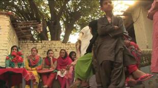 L'ONG Aware Girls intervient auprès de travailleuses domestiques pour les informer de leurs droits.