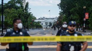 عناصر شرطة يقفون قرب محيط البيت الأبيض في 24 يونيو/حزيران 2020.