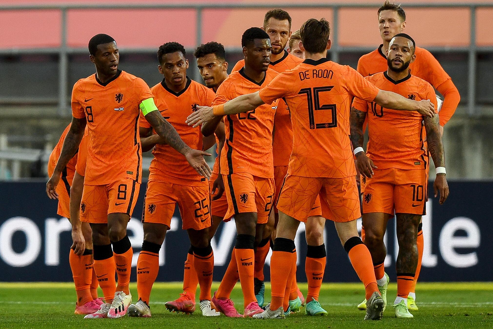 Les joueurs de la sélection néerlandaise montrent leur joie après le but inscrit par l'attaquant des Pays-Bas Memphis Depay (d.) lors du match international contre l'Ecosse, au stade de l'Algarve, à Faro (Portugal), le 2 juin 2021.