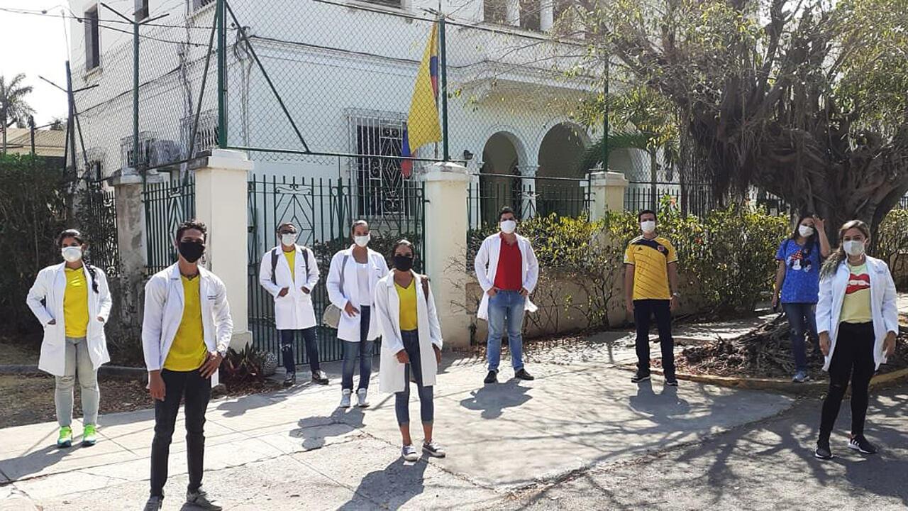 Más de cien médicos colombianos que estudian su especialización en Cuba se paran en abril de 2020 frente a la Embajada de Colombia en La Habana para pedir que les permitan volver a su país de origen en medio de las restricciones del Covid-19.