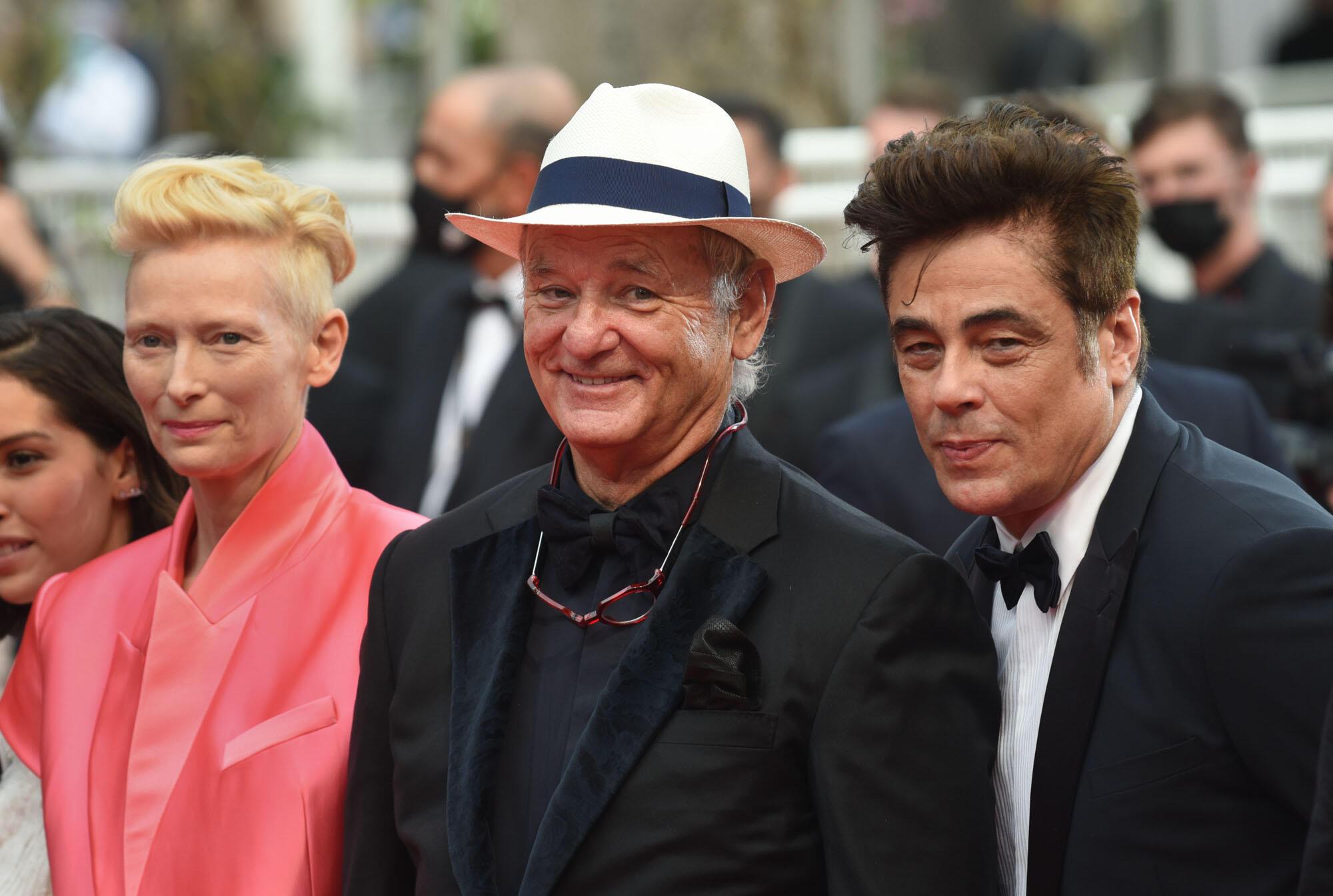 """De gauche à droite : Tilda Swinton, Bill Murray et Benicio del Toro présents à Cannes pour le film """"The French Dispatch""""."""