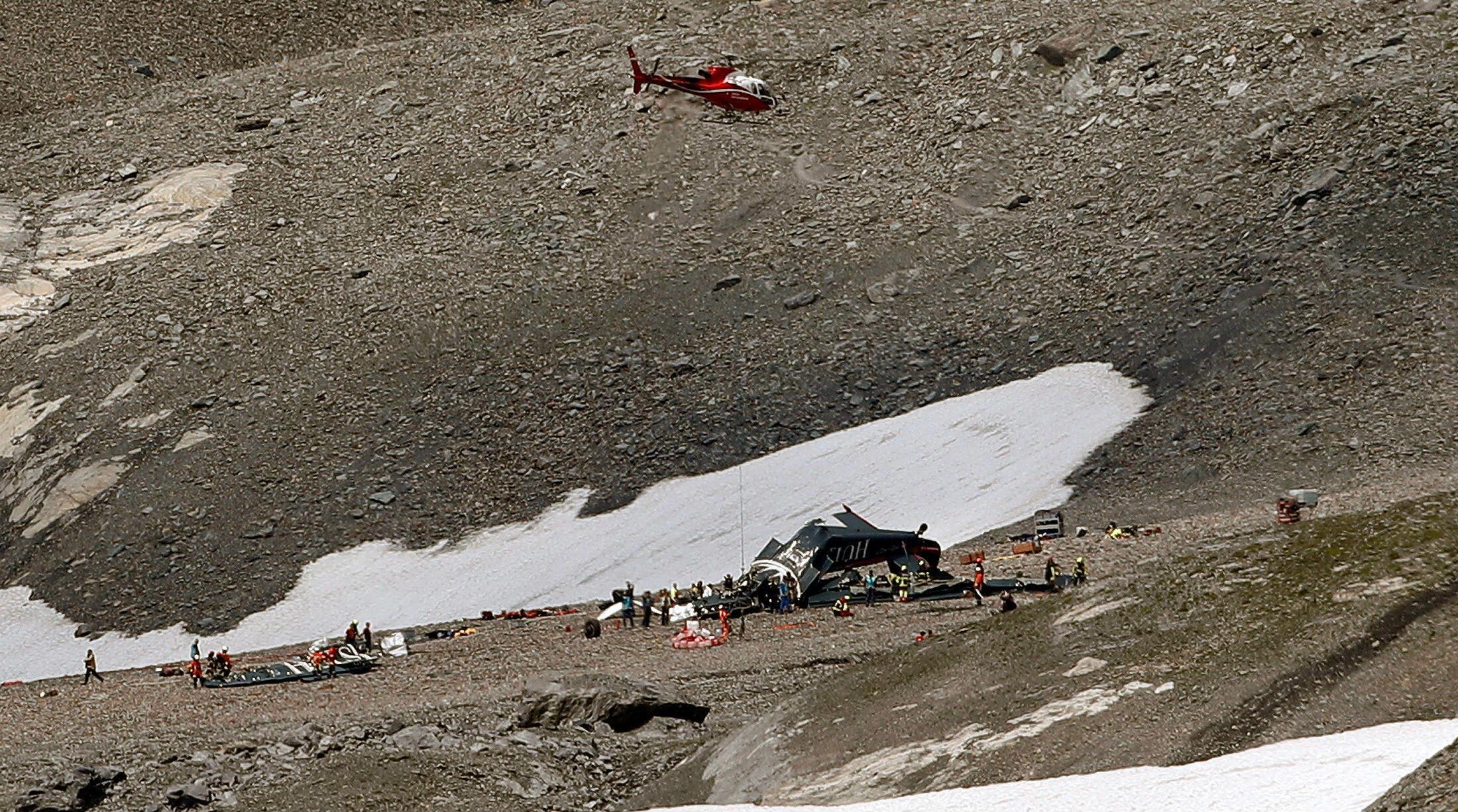 Un helicóptero sobrevuela el sitio del accidente del avión militar de la aerolínea JU-Air que dejó 20 personas muertas.
