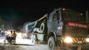 موكب من آليات عسكرية تركية تتجه نحو محافظة إدلب وتمر في بلدة الأتارب بمحافظة حلب في 7 تموز/يوليو 2019.