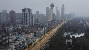 صورة التقطت جوا لمبان تجارية وسكنية في ووهان بمقاطعة هوباي، في 27 كانون الثاني/يناير 2020 وسط أزمة فيروس كورونا