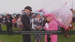 La reine en pleine discussion avec l'officier Lucy d'Orsi, le 10 mai 2016.