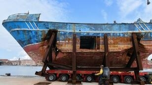 The fishing boat in which up to 900 migrants died will be exhibited at the Venise Biennale art fair