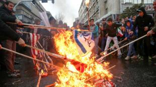 Manifestantes celebran el 40 aniversario de la Revolución iraní quemando banderas estadounidenses, Teherán, Irán, 11 de febrero de 2019.