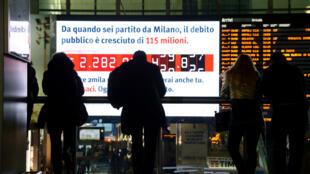 Un écran affiche la progression de la dette italienne en temps réel, dans la gare centrale de Rome, le 15 février 2018.