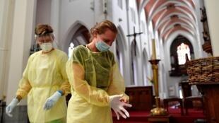 ممرضتين تستعدان لإجراء فحوص كورونا في أنفر في بلجيكا في 27 تموز/يوليو 2020
