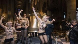 اختلطت الناشطات بالزائرين الذين اصطفوا لدخول الكنيسة قبل أن يعرين صدورهن