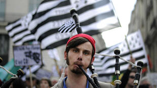 Un musicien breton lors d'une manifestation pour le rattachement