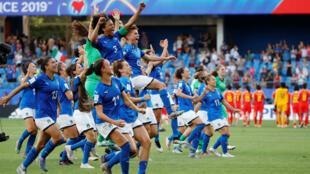 Jugadoras de la selección italiana celebran después del partido Italia-China en el estadio de La Mosson, Montpellier, Francia, el 25 de junio de 2019.