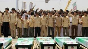 أطفال يمنيون يعبرون عن غضبهم إزاء غارات التحالف العربي على اليمن، 13 آب/اغسطس 2018.