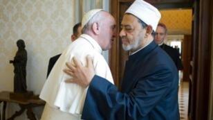 البابا فرنسيس برفقة شيخ الأزهر، الجمعة 28 نيسان/أبريل 2017.