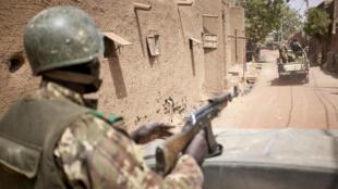 جنود ماليون يسيرون دورية في محلة دجيني في وسط مالي في 28 شباط/فبراير 2020