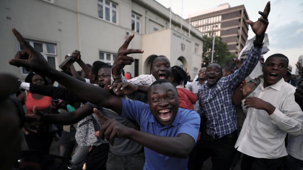 Como si acabaran de ganar la Copa del Mundo, Harare se llenó de espontáneos manifestantes que salieron a las calles para celebrar la caída de, para muchos, el único líder que han conocido en el gobierno: Robert Mugabe.