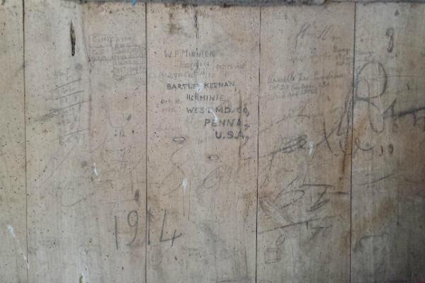Le panneau de bois avec les nouvelles signatures.