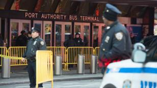 La police new-yorkaise au Port Authority Bus Terminal, le 11 décembre 2017, à New York.