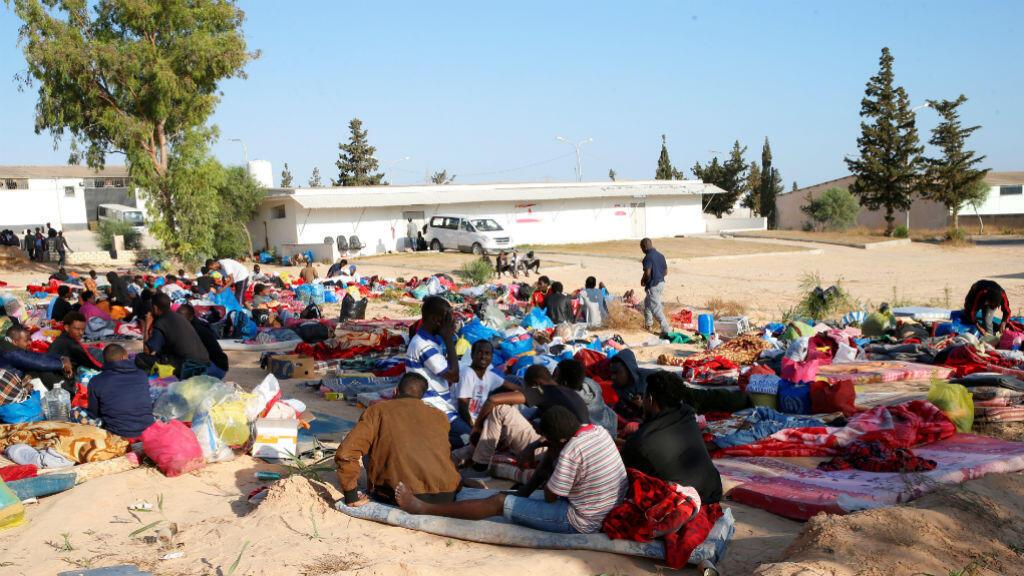 Imagen de los migrantes y sus pertenencias luego del ataque aéreo en el suburbio de Tajoura en Trípoli, Libia, el tres de julio de 2019.