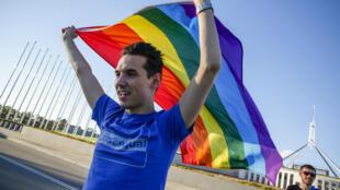 Un volontaire de la campagne pour l'égalité célèbre l'adoption par le Parlement australien de la loi sur le mariage homosexuel, le 7 décembre 2017 à Canberra.