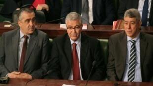 وزراء العدل غازي الجريبي والدفاع عبد الكريم الزبيدي والداخلية لطفي براهم (المقال) خلال جلسة للبرلمان في تونس، 23 آذار/مارس 2018.