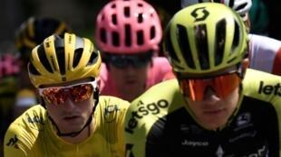 Le nouveau maillot jaune Giulio Ciccone (g) dans le peloton lors de la 7e étape du Tour de France entre Belfort et Chalon-sur-Saone le 12 juillet