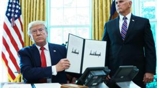 Donald Trump montre la signature du décret imposant les sanctions contre l'Iran, à la Maison Blanche, le 24 juin 2019.