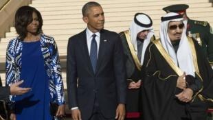 الملك سلمان إلى جانب باراك أوباما وزوجته