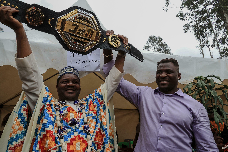 Francis Ngannou présente la ceinture de chamion du monde au chef de son village.